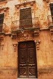 Färgrik och majestätisk gammal husfasad i Caravaca de la Cruz, Murcia, Spanien arkivfoton