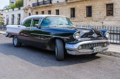 Färgrik oldtimer i La Habana Vieja, Kuba Arkivbild