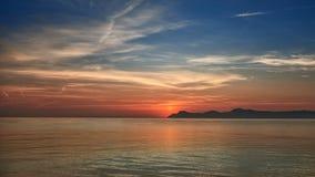 Färgrik orange marin- solnedgång Arkivfoto