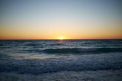 Färgrik orange solnedgång över ett lugna tropiskt hav Arkivfoto