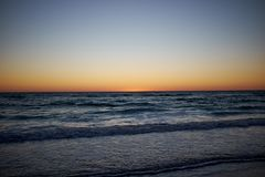 Färgrik orange solnedgång av kusten av Florida Arkivfoton