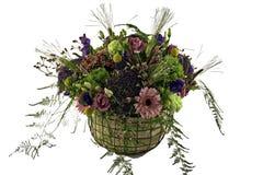 Färgrik ordning av blommor i korg Royaltyfri Bild