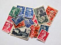 Färgrik ordning av gamla franska portostämplar royaltyfri foto