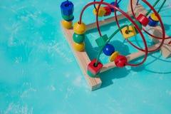 Färgrik pärla på en traditionell leksak för trådlabyrint Leksak för labyrint för aktivitet för ungepärlrollercoaster Framkallande royaltyfri fotografi