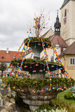 Färgrik påskgarnering på byfyrkanten royaltyfria foton