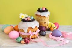 Färgrik påskvårstillife i mjukt ljus och moderiktiga pastellfärgade färger Traditionell kaka med chokladredet, godisen och qailäg arkivbild