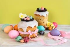 Färgrik påskvårstillife i mjukt ljus och moderiktiga pastellfärgade färger Traditionell kaka med chokladredet, godisen och qailäg arkivfoton