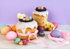Färgrik påskvårstillife i mjukt ljus och moderiktiga pastellfärgade färger Traditionell kaka med chokladredet, godisen och qailäg arkivbilder