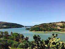 Färgrik panorama av sjön Angitola, Calabria, Italien Fotografering för Bildbyråer