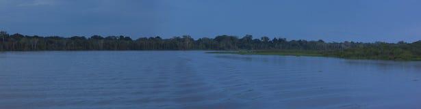 Färgrik panorama och solnedgång på floden i amasonen Fotografering för Bildbyråer