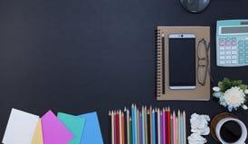 färgrik pappers- anmärkning med den smartphone-, blyertspenna- och kaffekoppen, flowe Royaltyfri Bild