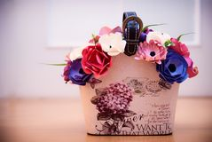 Färgrik pappers- blomma i handväskablomkruka Royaltyfria Bilder