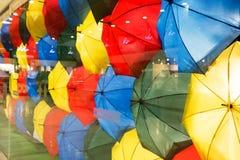Färgrik paraplybakgrund Stads- gatagarnering för färgglade paraplyer arkivfoto