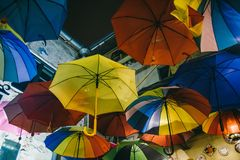 Färgrik paraplygarnering royaltyfri fotografi