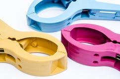 Färgrik plast-klämmaisolat på vit bakgrund Royaltyfri Foto