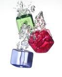 Färgrik plast- kub i vatten Royaltyfri Bild