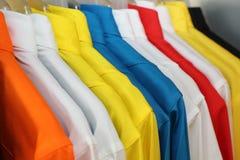 färgrik poloskjorta på en hängare Royaltyfria Foton