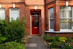 Färgrik röd dörr, London, UK Royaltyfri Fotografi