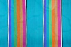 Färgrik randig tygbakgrund, textur av strandstol arkivbilder