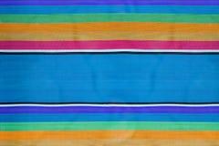 Färgrik randig tygbakgrund, textur av strandstol fotografering för bildbyråer