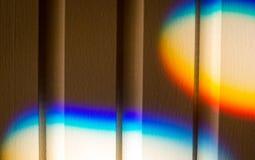 Färgrik refraktion av solljuset på en vägg arkivbild