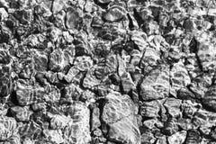 Färgrik Rolling Stone modell med lugnt vatten Färgrika havsstenar under lugnt vatten Regnbågsskimrande solljus på stenarna Transp Royaltyfria Foton