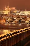 Färgrik romantisk snöig Prague för natt gotisk slott, Tjeckien Arkivfoto