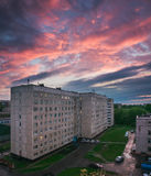 Färgrik rosa himmel över lägenhethuset Royaltyfri Foto