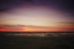 Färgrik rosa solnedgång över Nordsjön Royaltyfri Fotografi