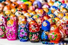 Färgrik rysk bygga bodockamatreshka på marknaden Matrioshka som bygga bo dockor, är de populäraste souvenirna från Ryssland Arkivfoto
