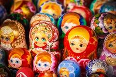 Färgrik ryss som bygga bo dockor på marknaden Arkivbild