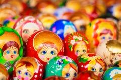 Färgrik ryss som bygga bo dockor på marknaden Royaltyfria Foton