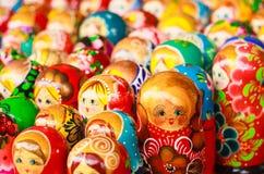 Färgrik ryss som bygga bo dockor på marknaden Arkivfoto