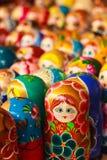 Färgrik ryss som bygga bo dockor på marknaden Royaltyfri Fotografi