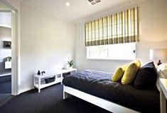 Färgrik sängkläder inklusive vita väggar svärtar och gulnar decorati arkivbild