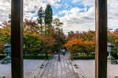 FÄRGRIK SÄSONG för HÖSTSIDOR i den Eikando templet Royaltyfri Fotografi