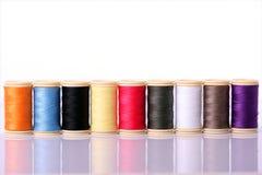 färgrik sömnadtråd arkivfoton