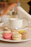 Färgrik söt makron med te Fotografering för Bildbyråer
