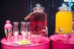 Färgrik sötsakuppsättning med garnering för parti Arkivbilder