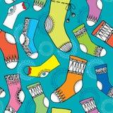 Färgrik samling av roliga sockor seamless modell Arkivfoton