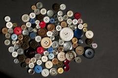 Färgrik samling av spridda knappar Arkivbilder