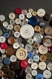 Färgrik samling av stora och små spridda knappar Royaltyfri Bild