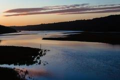 Färgrik scenisk flodliggandesolnedgång Royaltyfria Foton