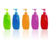 Färgrik schampoflaska med pumpen Fotografering för Bildbyråer