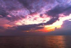 Färgrik seascape- och skymninghimmel i Thailand Arkivfoton