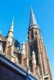 Färgrik sikt av det kyrkliga tornet i delftfajans, Holland Arkivbild