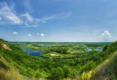 Färgrik sikt för sommar på deltan av floden Vorskla från mounen Arkivbild