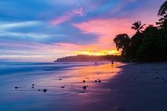 Färgrik sikt från stranden under solnedgången Arkivbild