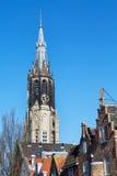 Färgrik sikt med det nya kyrkliga tornet i delftfajans, Holland Royaltyfri Bild
