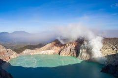 Färgrik sjö och Raung för Ijen vulkankrater Arkivfoton